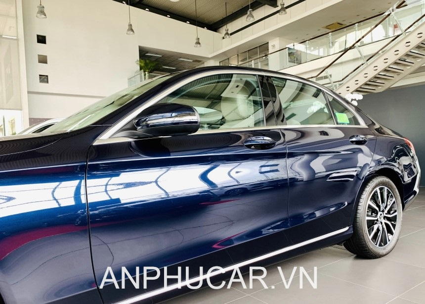 Mercedes C200 2020 duoi xe
